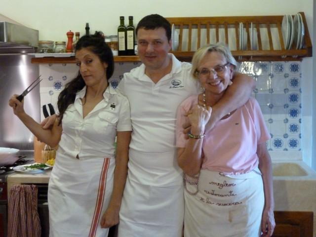 Gruppenbild: Caterina, der Dessertbringer und Nonna Ciana.