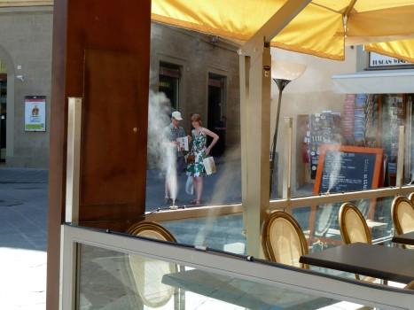 Das neueste in Sachen Gästekomfort: Eine Anlage rund um Außensitzplätze, die kontinuierlich Wassernebel abgibt und dadurch kühlen soll. Quasi das, was ein Heizpilz im Winter tut, nur andersrum.
