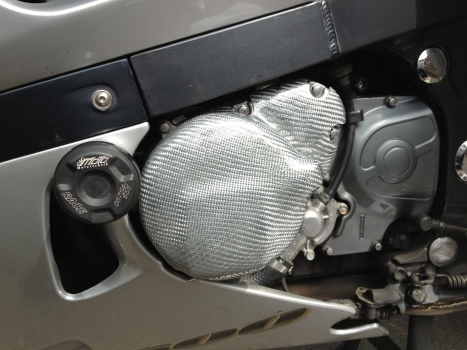 Vorher: Der Motorschutz aus silbernem Carbon.
