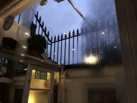 Blick aus dem Frühstücksraum des Cardiff. Es regnet.