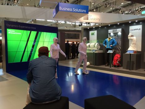 """Im """"Activity Area"""" von Microsoft stehen Pantomimen rum und bewegen sich nur einmal pro Minute. Oh, diese Symbolik!!"""