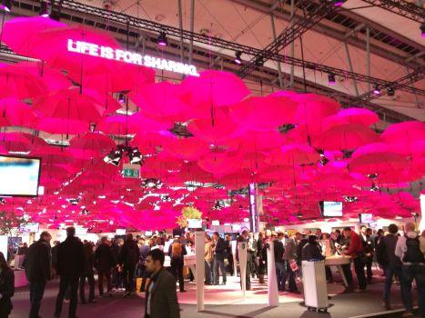 Letztes Jahr  war die Cloud das große Thema der Telekom, in diesem Jahr hängt der Himmel voller Regenschirme. Oh, diese Symbolik!