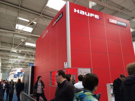 Der Stand der Haufe GmbH. Genau wie die Software ist auch der Messestand unzugänglich, schwer einzusehen und man kann zwar erahnen, was passiert, der eigentliche Zugang ist aber verschlossen.