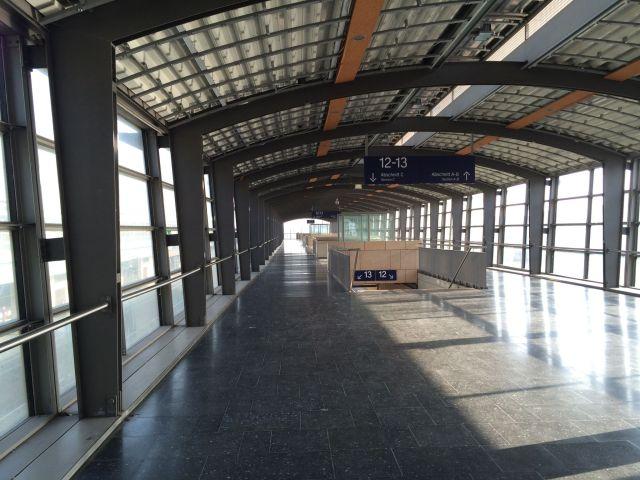 Der Bahnhof Hannover Messe/Laatzen. Hier drängelten sich früher dicht an dicht die Menschenmassen zum Messegelände. Hier ist schön zu sehen, wie gut die Publikumsvergraulungstaktik funktioniert.