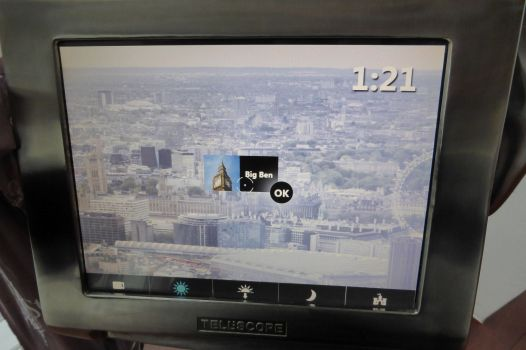 Die Augmented Reality Teleskope zeigen Infos zu den Bauwerken, die man gerade anvisiert.