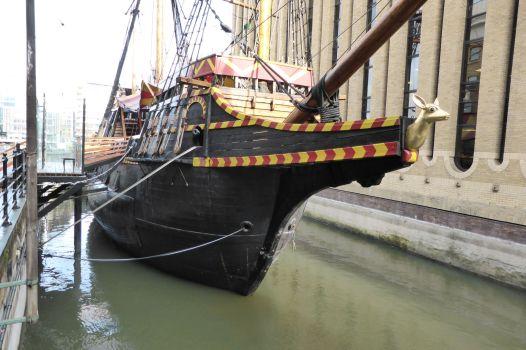 """Nachbau des Schiffs von Francis Drake, der """"Golden Hinde""""."""