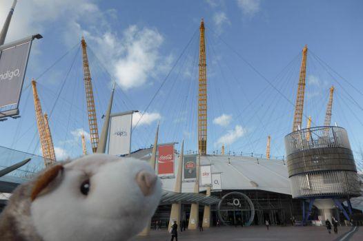Das Wiesel vor dem Millenium Dome.