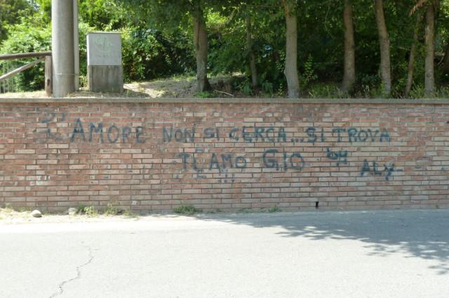 """Streetart: """"Liebe sucht nicht, sie findet""""."""