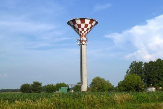 Komisches Gebilde an der Strecke von Volta Mantovana nach Mantua: Ein Wasserturm.