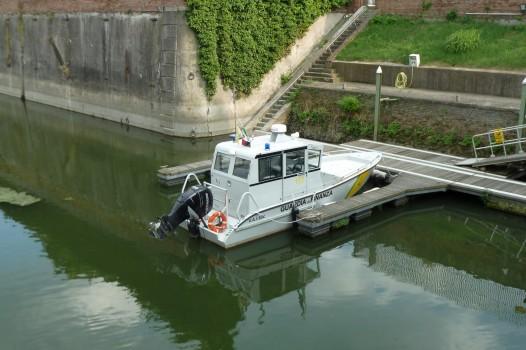 Winziges Boot der Finanzpolizei.
