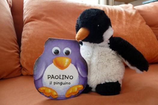 Huhu freut sich über das Pinguinbuch in Pinguinform, dass ich ihm vom Flohmarkt in Siena mitgebracht habe.