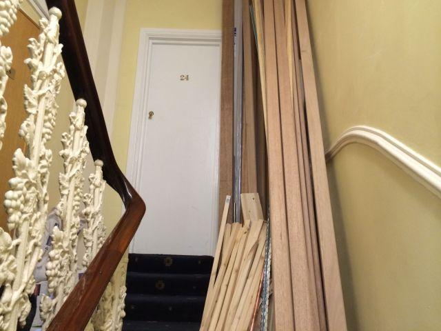 Vor der Zimmertür wird Baumaterial gelagert.