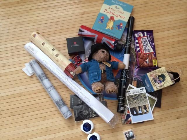 Mitbringsel: Ein Paddington Bär, historische Karten und Kunstdrucke, Schokolade mit Brezel-Cola-Geschmack und ein wenig Kleinkram.