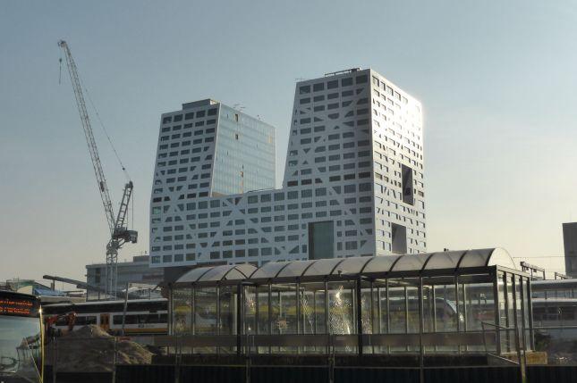 Größenwahnsinnige Banker-Architekur. nicht nur in Utrecht, überall in den Niederlanden enstehen solche Megabauten.