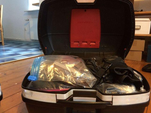 Sorgfältig verpackt. Zwar sollen die Koffer wasserdicht sein, aber starker Regen kommt überall durch. Deshalb sind wichtige Dinge in Ziplock-Beuteln Luftdicht verpackt, Klamotten in dünne Müllsäcke.