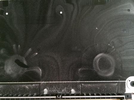 Spuren im Staub: Nach 4 Jahren ist das Innere des MacBook Pro noch erstaunlich sauber, lediglich im Deckel über den Lüftern hat sich etwas Staub angesammelt.
