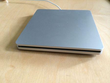 Formschön: Das Gehäuse macht aus dem internen ein externes DVD-Laufwerk.
