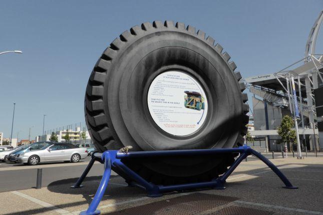 Der größte Reifen der Welt und das größte Wiesel der Welt.