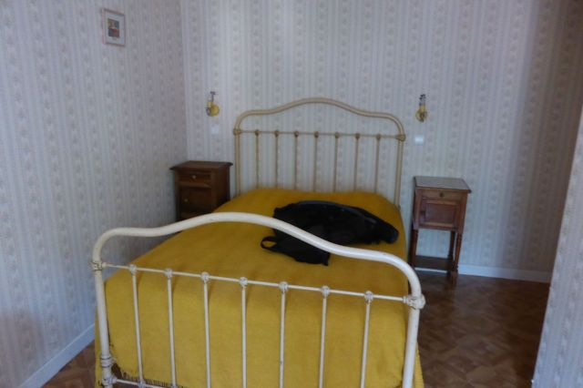 Bett und der Rest der Einrichtung sind durch ein Zeitloch aus den 30ern gefallen.