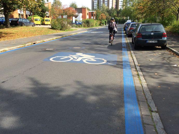 Eigentlich eine normale Straße, aber ketzt mit blauen Rändern und ECycle-Superhighway-Schild. Wer darf hier was?