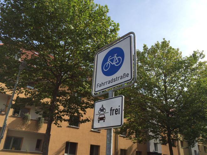 Fahrradstraße!! Aber, äh, auch für Motorräder und Autos.