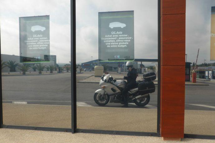 Ich. Selbstbild mit Motorrad an der Tankstelle.