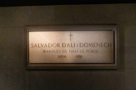 Grabplatte. 1982 war Dalí vom spanischen König in den Rang eines Marquis erhoben worden.