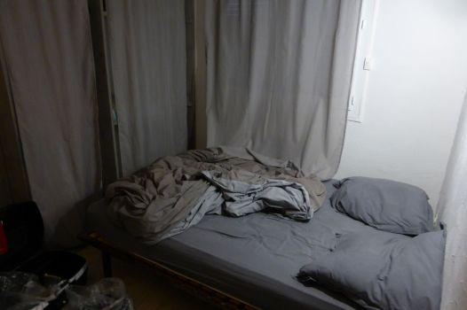 Schlafzimmer in deprimierendem Grau.