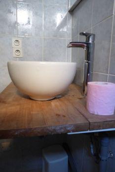 Schiefe Steckdosen, verkehrt montiertes Waschbecken., ungehandeltes und gerissenes Holz. Hier war ein Könner am Werk.