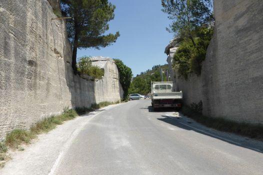 Die Straße ist in den Fels geschnitten.