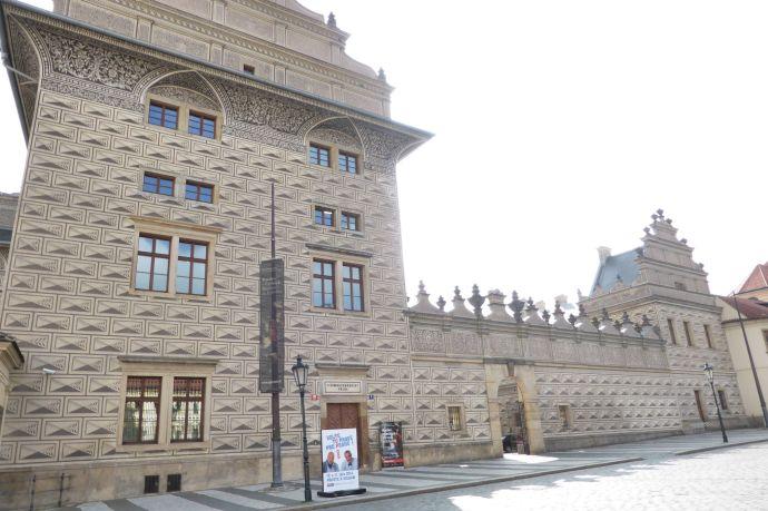 Das Schwarzenberg-Palais gegenüber der Burg.