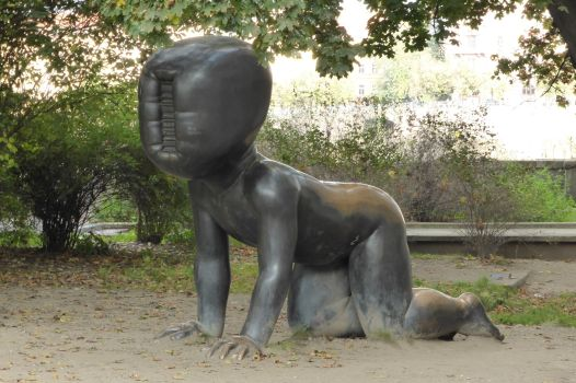 Eines von Černýs Riesenbabys, hier im Park des Museums Kampa.