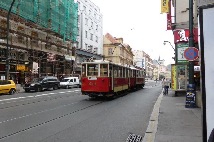 Auch Kunstwerk: Die alte Straßenbahn.