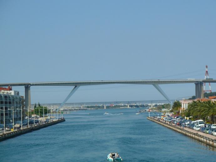 Die riesige Brücke über Martinique, vom Ort aus gesehen.