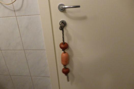 ...und der Toilettenschlüssel mit dem zweitgrößzen Anhänger, den ich je gesehen habe.