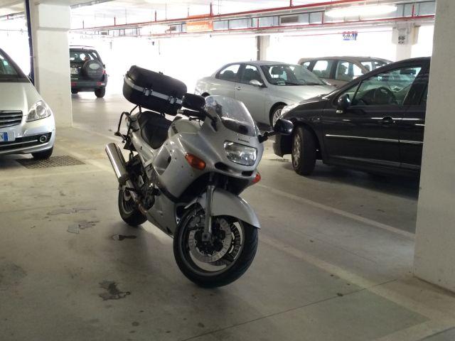Einkaufsmotorrad in der Tiefgarage des Supermarktes.
