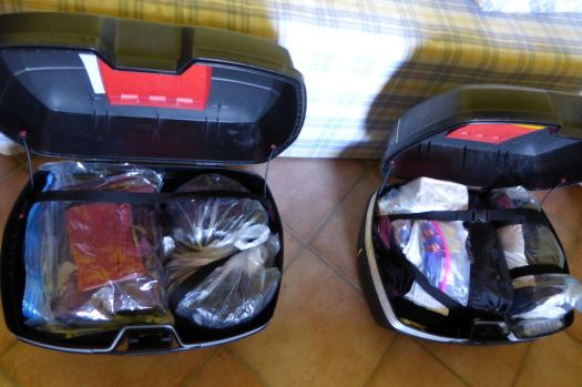 Alles wieder verstaut. Die Koffer sollten eigentlich wasserdicht sein, sind es aber nicht hundertprozentig, deshalb ist alles noch einmal extra eingepackt.