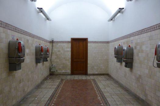 Relikt der Vergangenheit: Ein offener und hell erleuchteter Raum voller Münztelefone.