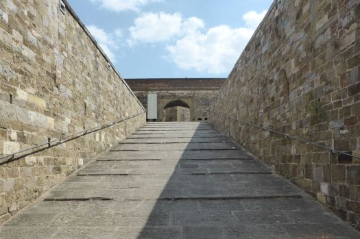 Aufgang zur Festung. Weiter komme ich hier nicht, alles ist mit Gittern abgesperrt.