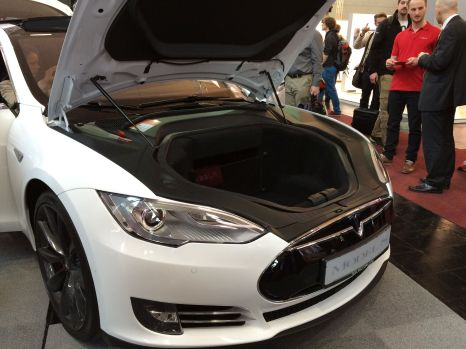 Seitdem Booth-Babes politisch nicht mehr korrekt sind, ist das hier das meistfotografierte Model der Messe: Tesla Model S.