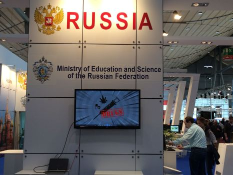 Man sollte zuerst den Stand der Russischen Föderation in Hall 9 aufsuchen. Eine kurze Probe der angebotenen Waren macht den Rest des Besuchs erträglicher.