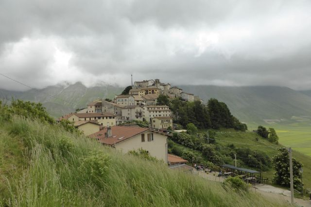 Rasend schnell ziehen die Wolken über das Dorf dahin.