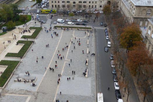 Der Vorplatz von Notre Dame. Darin sind die Umrisse der alten Kirche eingelassen.