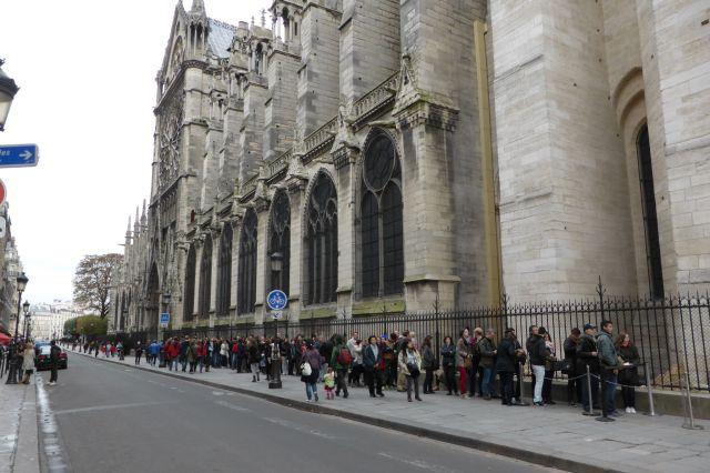 Lange Schlangen vor dem Eingang zu den Türmen von Notre Dame.