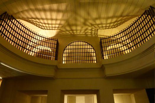 Empore der Kapelle des Frauengefängnisses.
