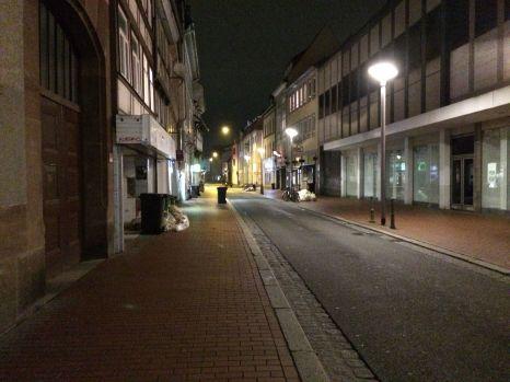 Nächtliche Wanderung durch die stillen Straßen von Göttingen.