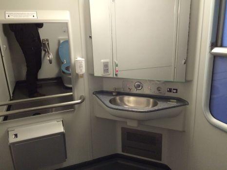 Waschecke im Zug.