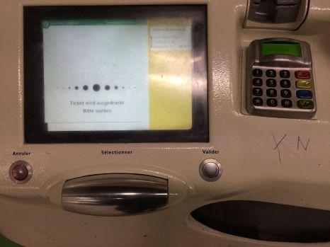 Mild skurril: Die Navigation in den Menüs des Automaten wird über die große Walze bedient.