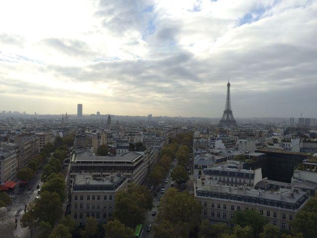 Der Eiffelturm, ihm Gegenüber der Tour Montparnasse. Die beiden Gebäude und Sacre Coeur sind die drei höchsten Erhebungen in Paris.