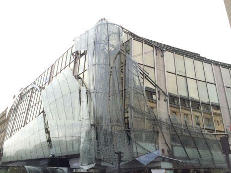 Skurrile Gebäude am Champs Elysee.